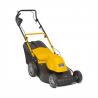 Elektrická sekačkaSTIGA COMBI 48 ES s pojezdem. Záběrv šířce 48 cm pro sečení plochy až do600 m2. Motor s výkonem1800 W. Úroveň s výšky střihu27 - 80 mm. Koš na trávu s objemem60 litrů(možnost nastavení mulčování i zadní vyhazování).