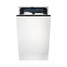 Vestavná myčka nádobíElectrolux 700 FLEX EEM23100Lsešířkou 45 cm. Přední panel je připravený kmontáži desky v barvě Vaší kuchyňskélinky. 6 programů a 3 volitelné teploty, včetně programu ECO. Systém sušení automatickým otevřením dvířekAirDryb. Spotřeba vody 9,9 la energetická třída F. Praktická příborová zásuvkaMaxiFlexpro kuchyňské nádobí různých velikostí.